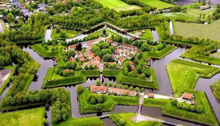 Bovenaanzicht van Naarden, een van de Nederlandse steden aan het water.
