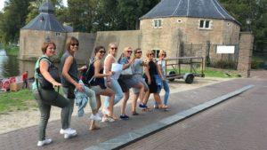 Een rij van lachende vrouwen tijdens Vriendinnendag