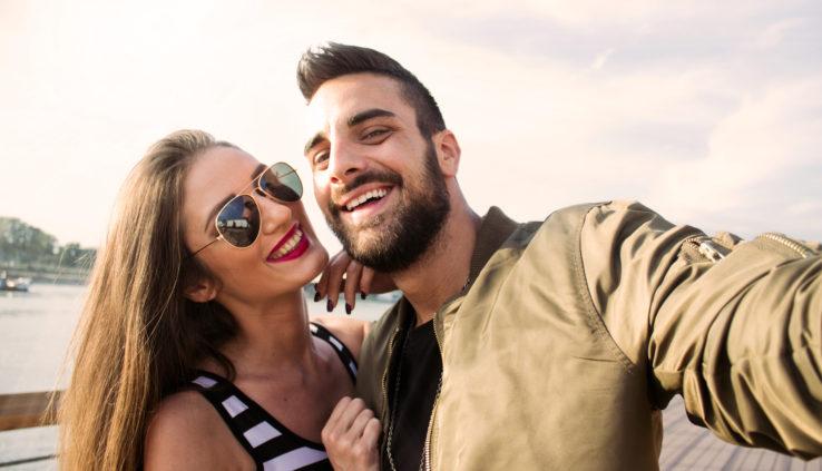 Een man en vrouw lachen tijdens hun actieve date.