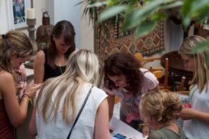 Vrouwen bekijken tijdens Vriendinnendag samen de puzzels uit de Escapebox