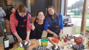 Meiden samen aan het koken